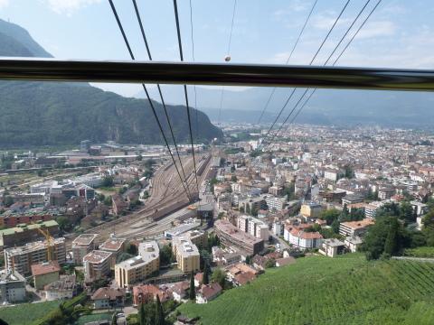 Vue de Bolzano depuis le télécabine qui monte au plateau du Renon (août 2013)